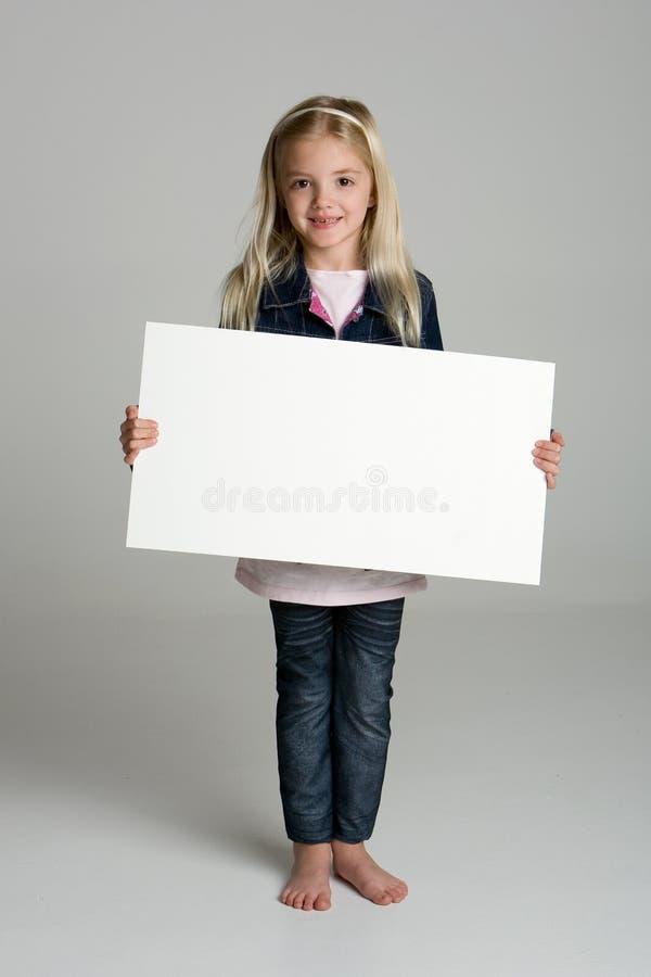 Gelukkig meisje dat een leeg teken houdt royalty-vrije stock afbeeldingen
