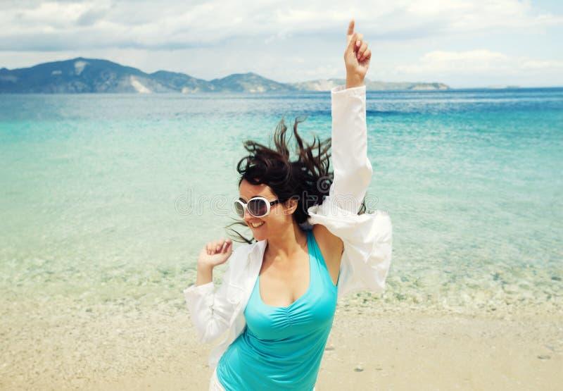 Download Gelukkig Meisje Dat Op Het Strand Springt Stock Foto - Afbeelding bestaande uit achtergrond, gelukkig: 54090590