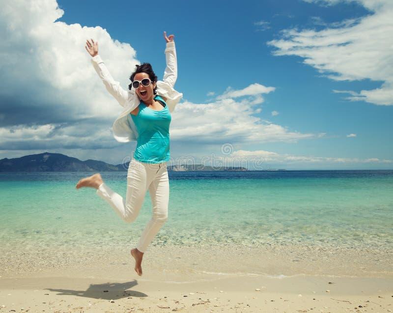 Download Gelukkig Meisje Dat Op Het Strand Springt Stock Foto - Afbeelding bestaande uit gezondheid, vrijheid: 54090594