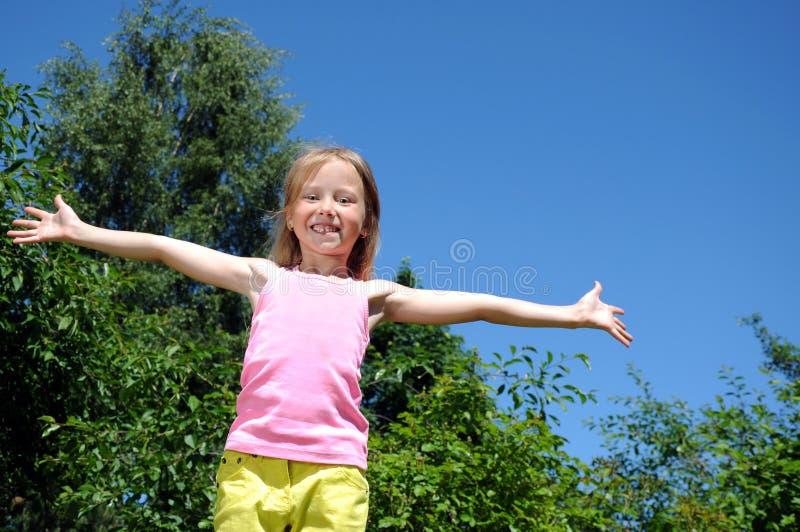 Gelukkig meisje dat in park in werking wordt gesteld royalty-vrije stock foto