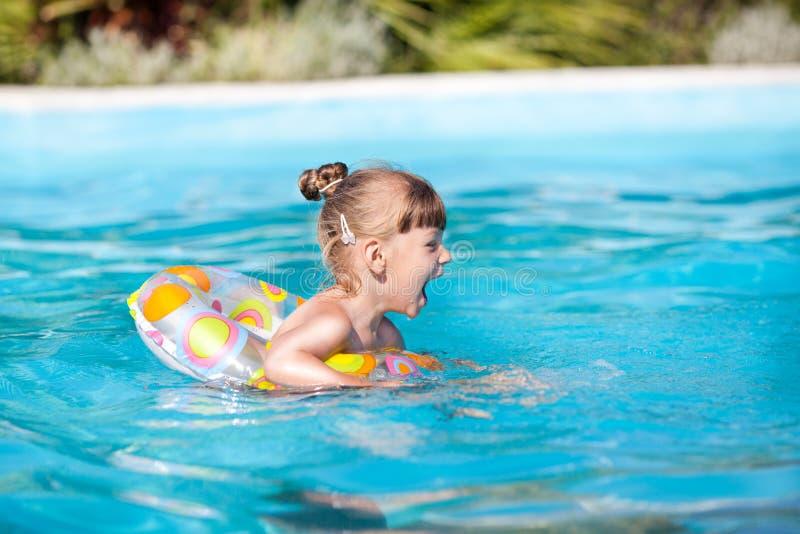 Gelukkig meisje in de pool royalty-vrije stock fotografie