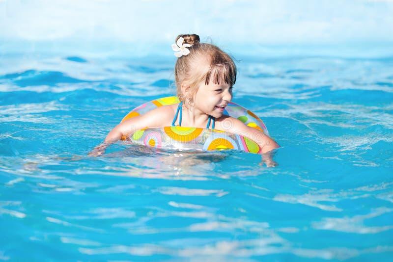 Gelukkig meisje in de pool royalty-vrije stock afbeeldingen