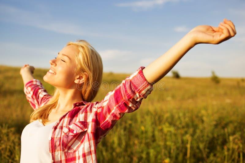 Gelukkig meisje in de stralen van zon stock afbeeldingen