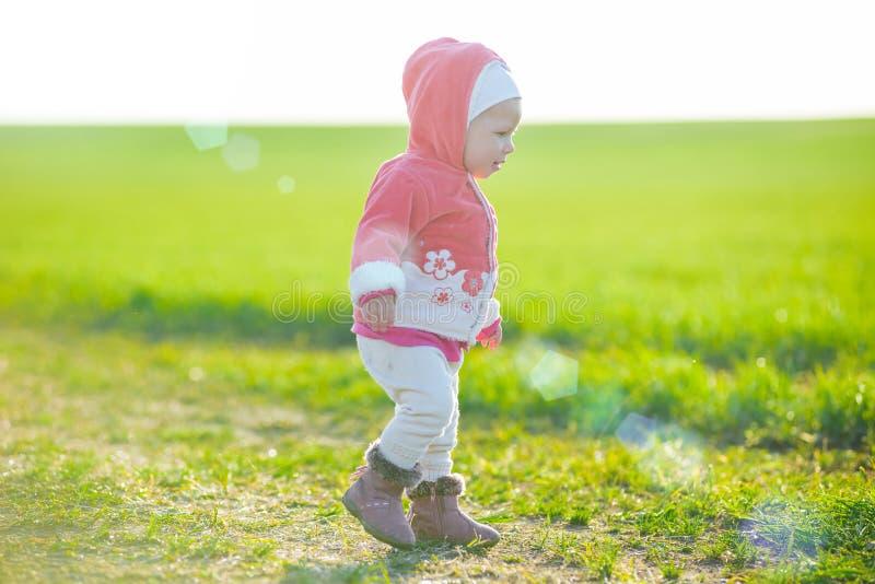 Gelukkig meisje die in de weide lopen en royalty-vrije stock afbeelding