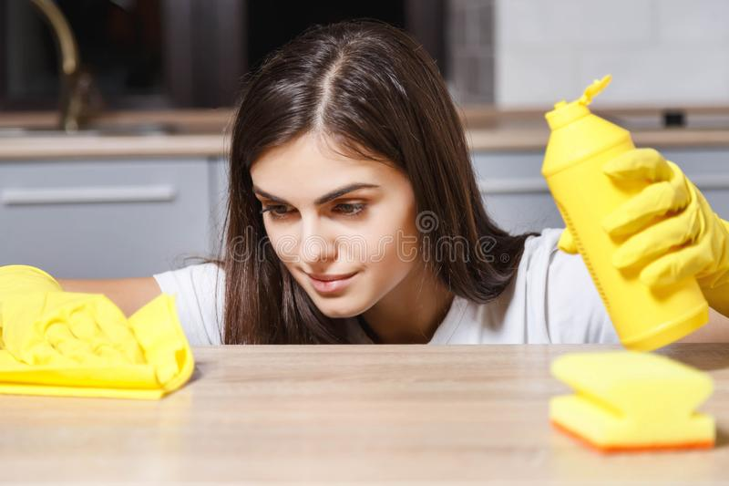 Gelukkig Meisje die een Keuken schoonmaken stock afbeeldingen