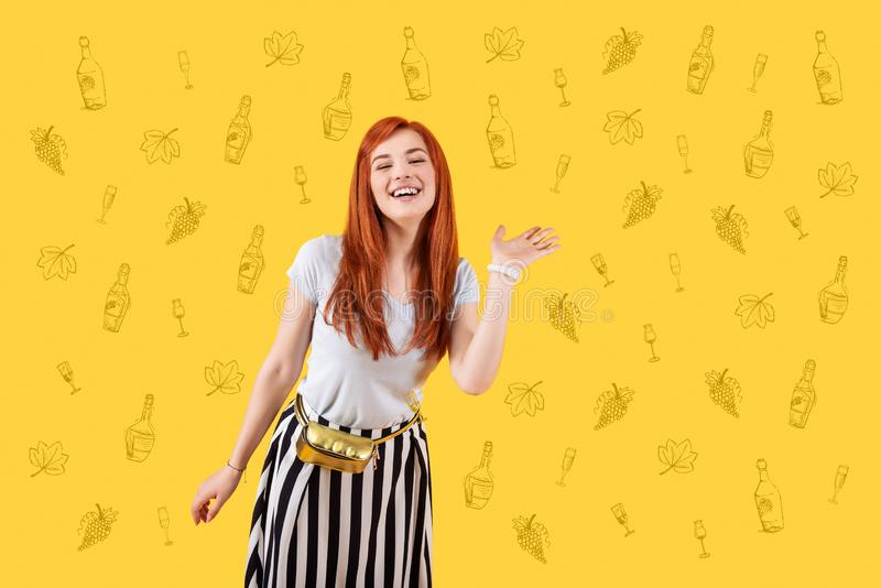 Gelukkig meisje die haar hand golven terwijl het begroeten van vrienden royalty-vrije stock fotografie