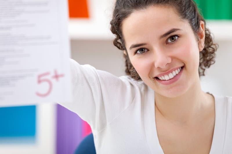 Gelukkig meisje die haar perfecte test tonen stock afbeelding