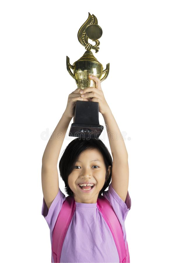 Gelukkig meisje die haar winnende trofee opheffen stock afbeelding