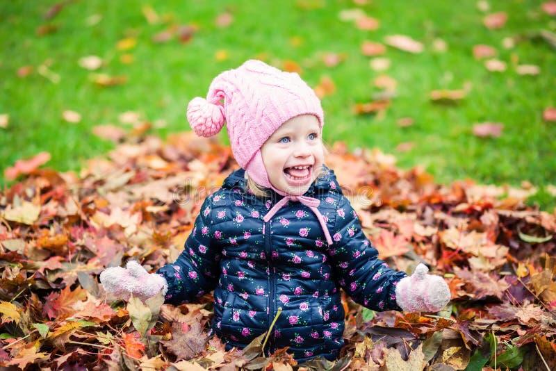 Gelukkig meisje die in het de herfstpark lachen royalty-vrije stock fotografie