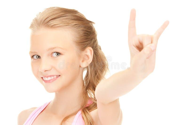 Gelukkig meisje die het gebaar van duivelshoornen tonen stock afbeelding
