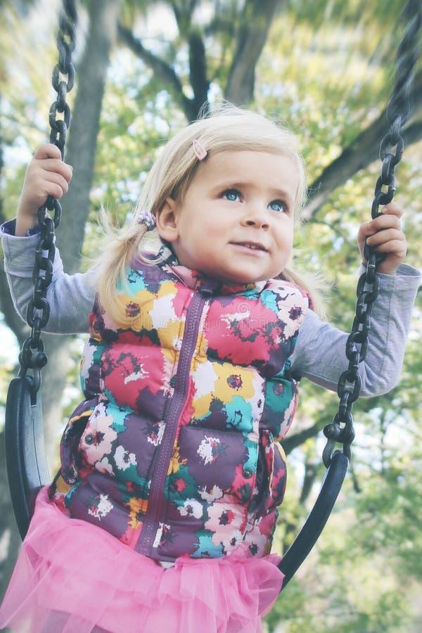 Gelukkig meisje in het park stock foto