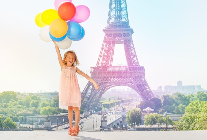 Gelukkig meisje die met kleurrijke ballons vliegen royalty-vrije stock foto
