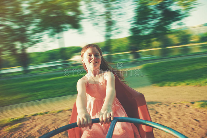 Gelukkig meisje die op vrolijk-gaan-rond berijden royalty-vrije stock afbeeldingen