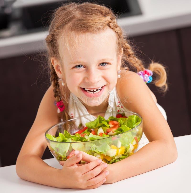 Gelukkig meisje die plantaardige salade eten royalty-vrije stock fotografie
