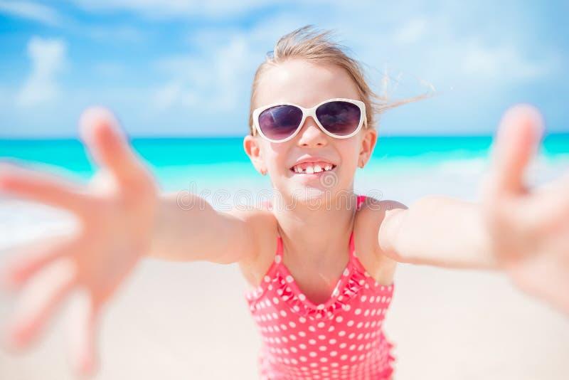 Gelukkig meisje die selfie bij tropisch strand op exotisch eiland nemen royalty-vrije stock afbeelding