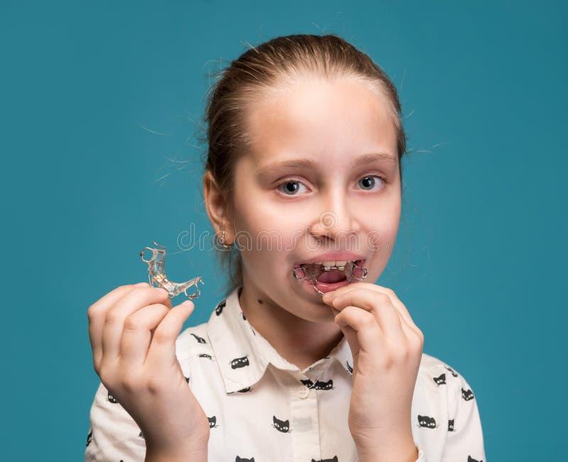 Gelukkig meisje die tandsteunen houden stock foto's