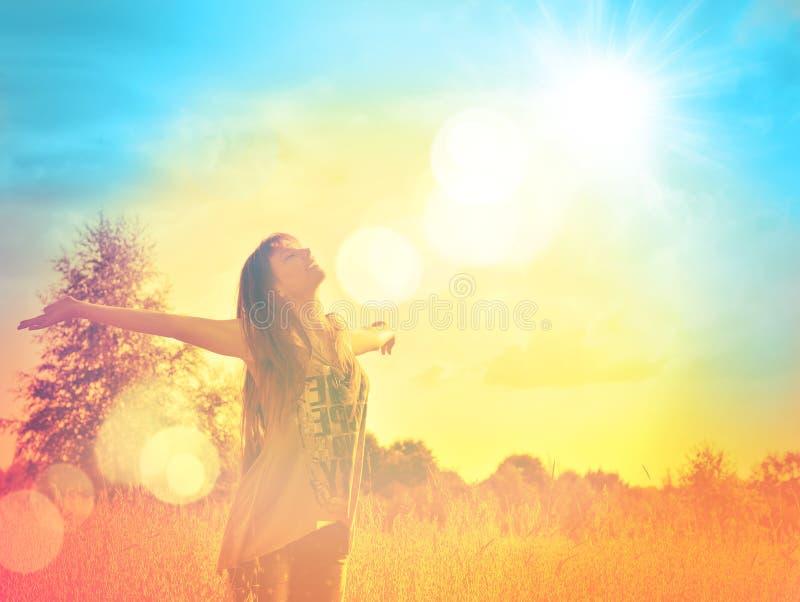 Gelukkig meisje die van het geluk op zonnige weide genieten stock fotografie