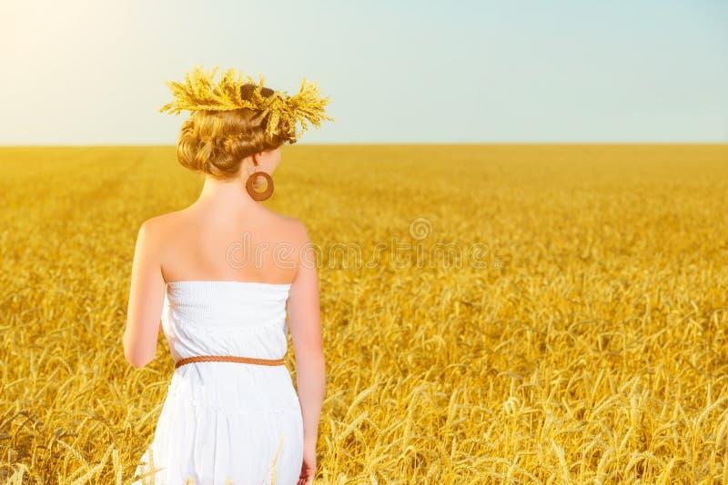 Gelukkig meisje die van het leven op tarwegebied genieten in de zomer stock afbeeldingen