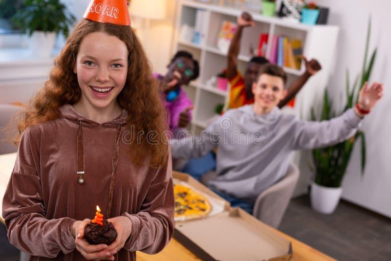 Gelukkig meisje die vrolijke het vieren verjaardag met vrienden voelen royalty-vrije stock foto's