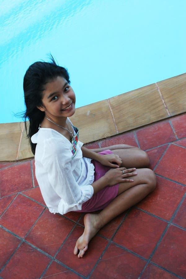 Gelukkig meisje door de pool royalty-vrije stock afbeeldingen