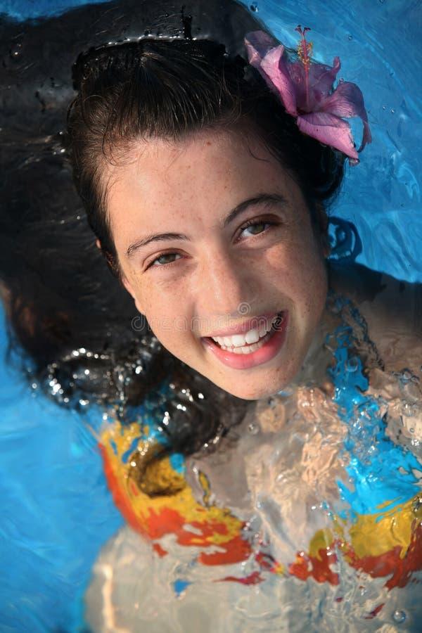 Gelukkig meisje in een pool royalty-vrije stock fotografie