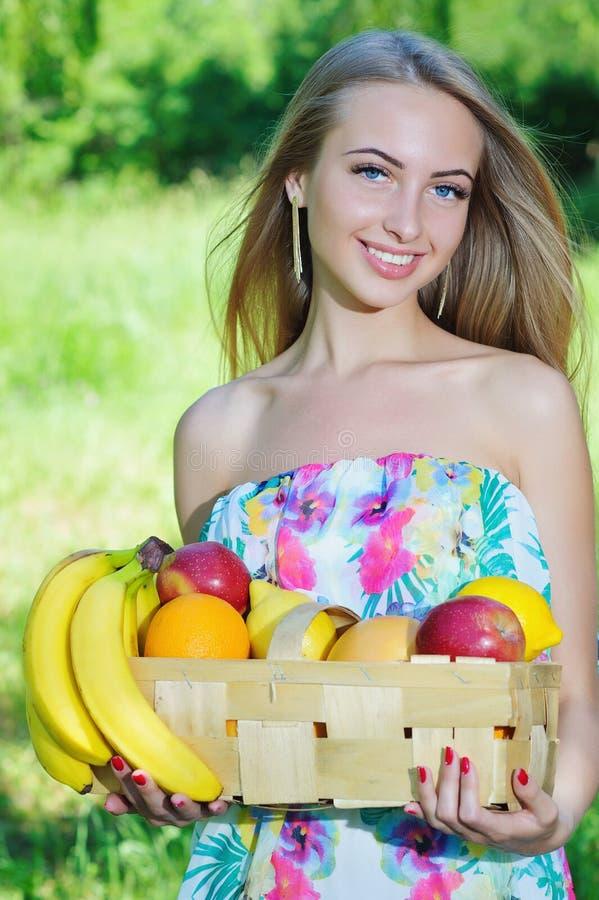 Gelukkig meisje en gezond vegetarisch voedsel, fruit royalty-vrije stock foto
