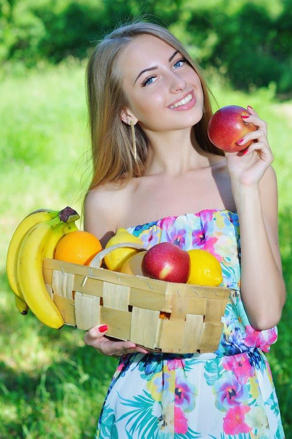 Gelukkig meisje en gezond vegetarisch voedsel, fruit royalty-vrije stock afbeeldingen