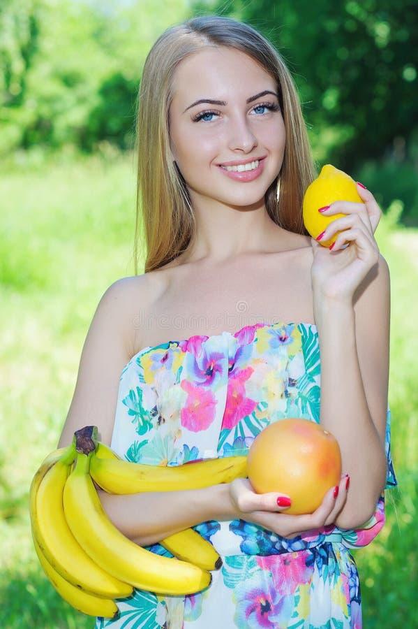Gelukkig meisje en gezond vegetarisch voedsel, fruit stock fotografie