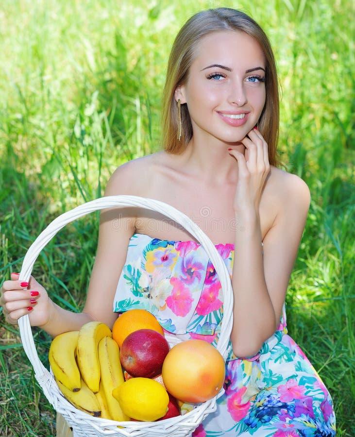 Gelukkig meisje en gezond vegetarisch voedsel, fruit stock afbeeldingen
