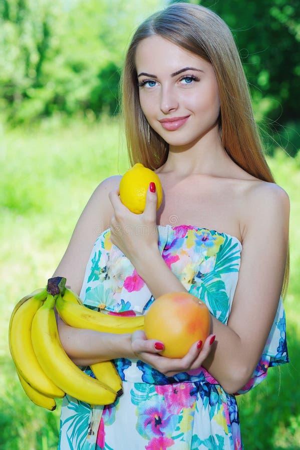 Gelukkig meisje en gezond vegetarisch voedsel, fruit royalty-vrije stock afbeelding