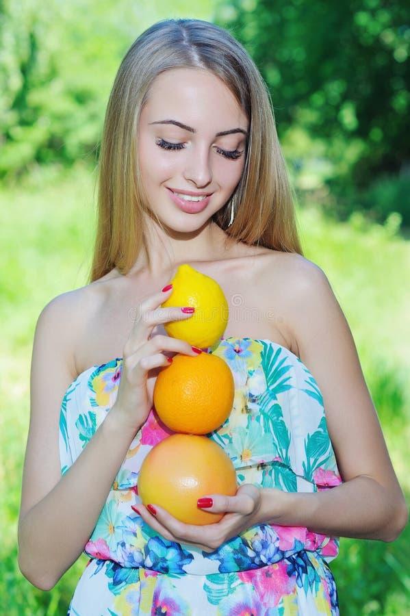 Gelukkig meisje en gezond vegetarisch voedsel, fruit stock foto
