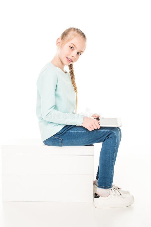 gelukkig meisje gebruikend digitale tablet en glimlachend bij camera royalty-vrije stock fotografie