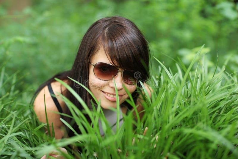 Gelukkig meisje in groen gras stock fotografie