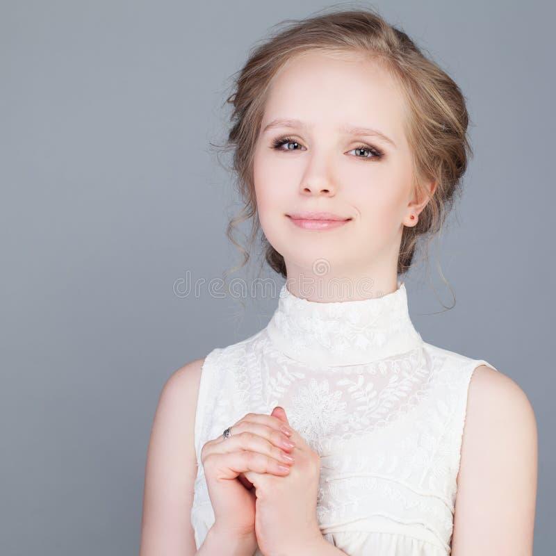 Gelukkig meisje Het Glimlachen van de tiener stock afbeeldingen