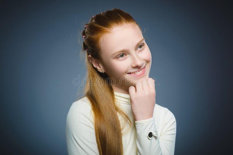 Gelukkig meisje Het knappe het kind van het close-upportret glimlachen geïsoleerd op grijs royalty-vrije stock foto's
