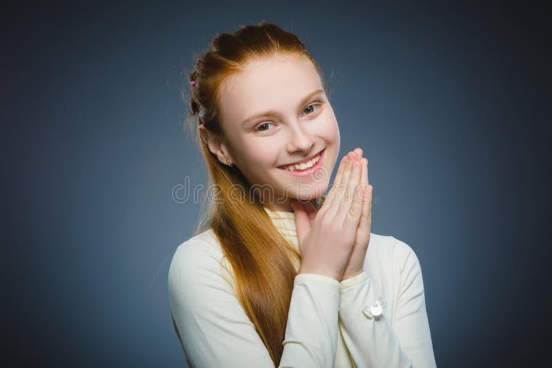Gelukkig meisje Het knappe het kind van het close-upportret glimlachen geïsoleerd op grijs stock afbeelding