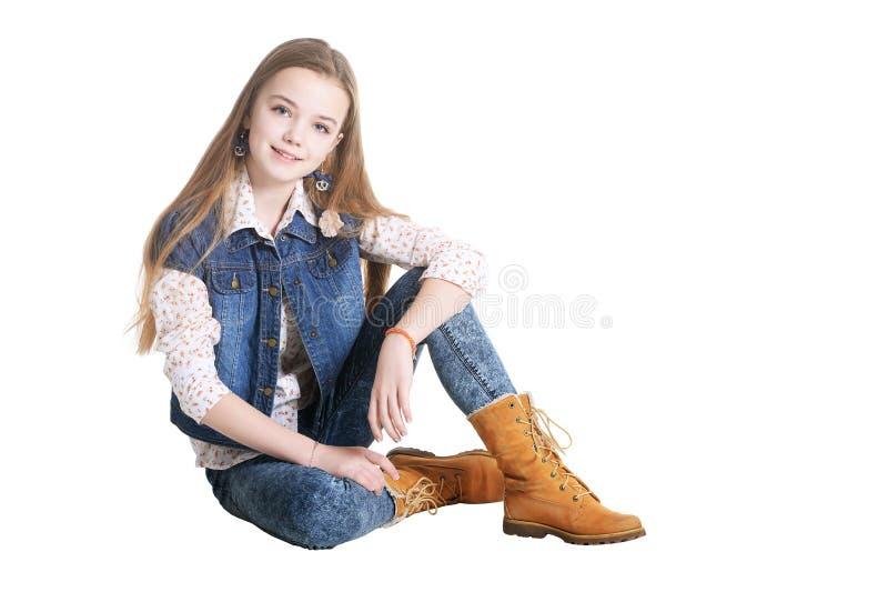 Gelukkig meisje in jeans het stellen stock foto's