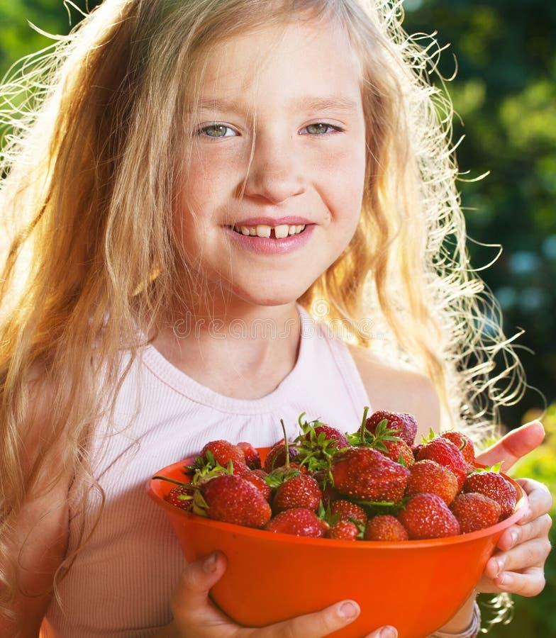 Gelukkig meisje met aardbei royalty-vrije stock foto