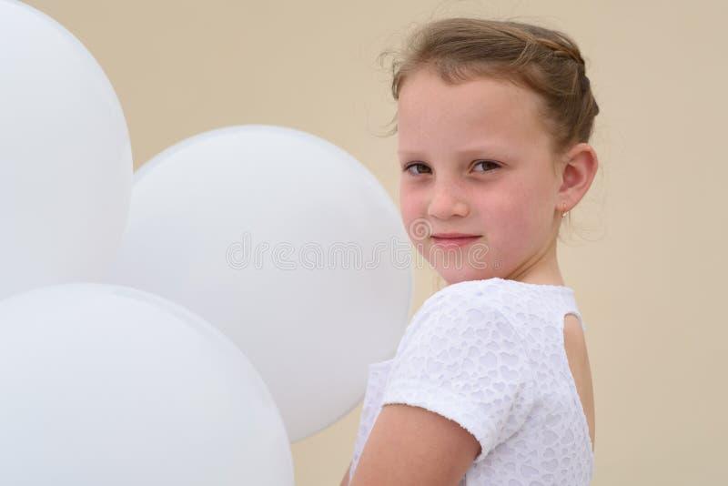 Gelukkig meisje met blauwe en witte ballons royalty-vrije stock fotografie