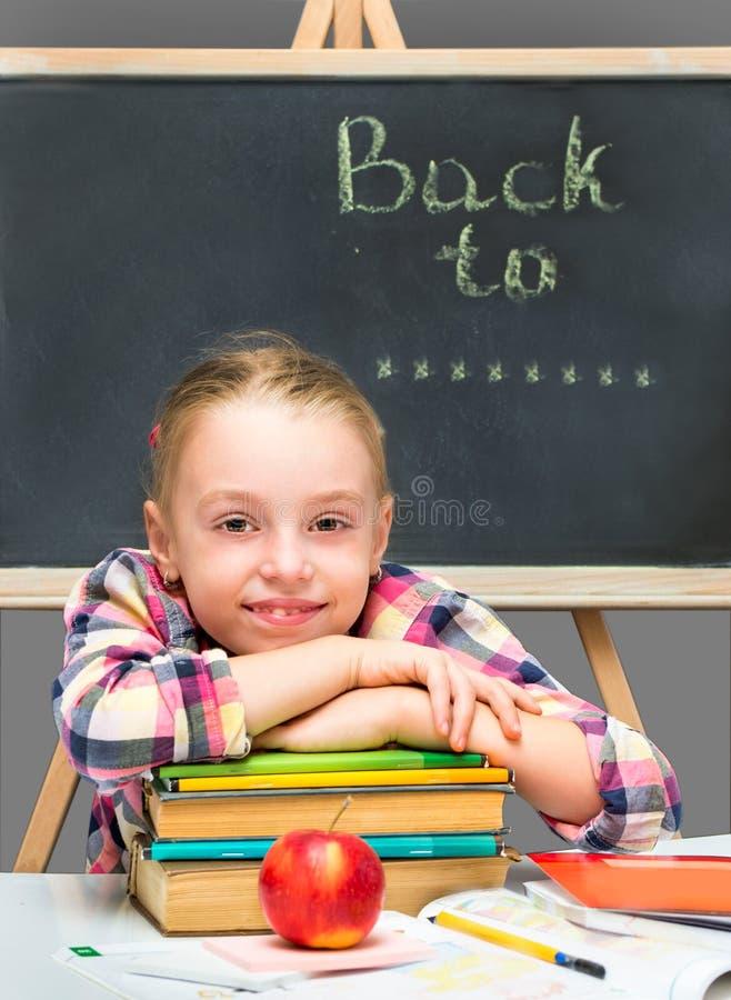 Gelukkig meisje met boeken en appel. stock afbeeldingen