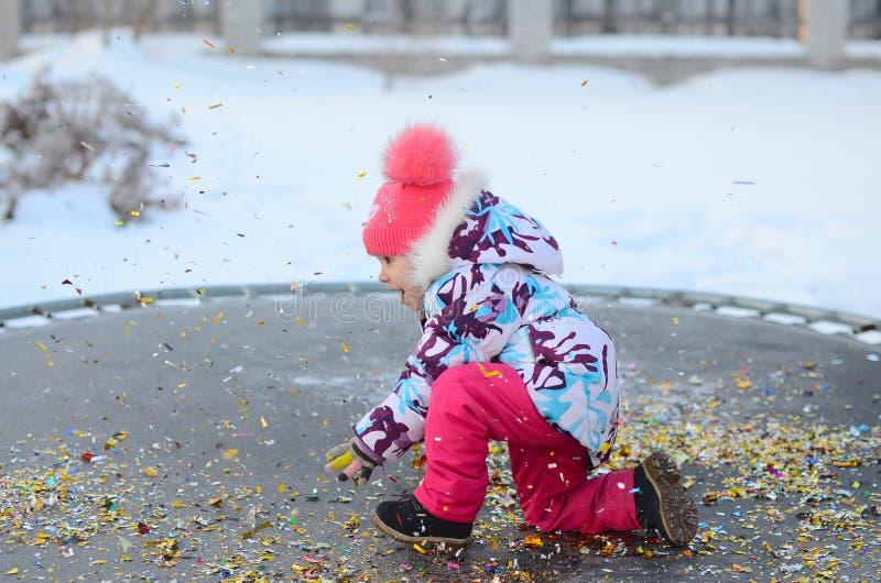 Gelukkig meisje met confettien op de trampoline stock foto's