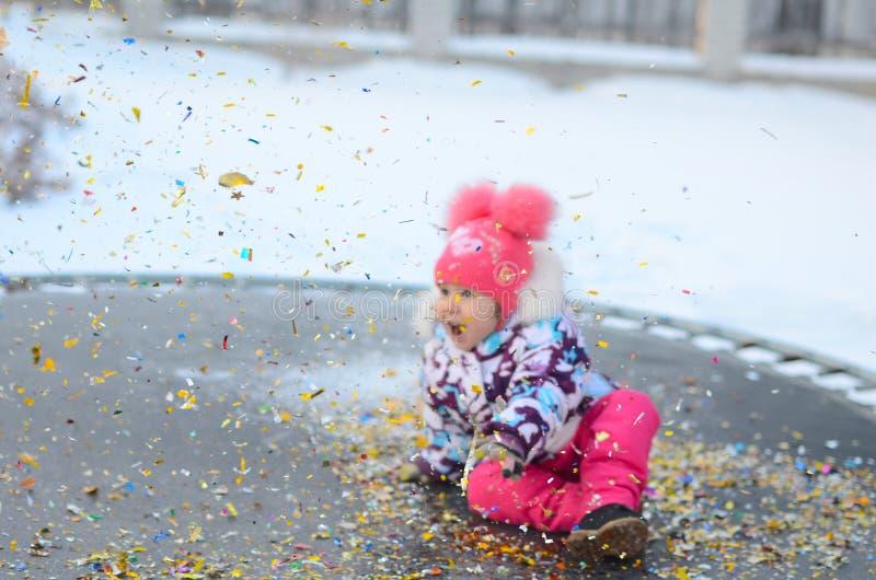 Gelukkig meisje met confettien op de trampoline royalty-vrije stock foto's