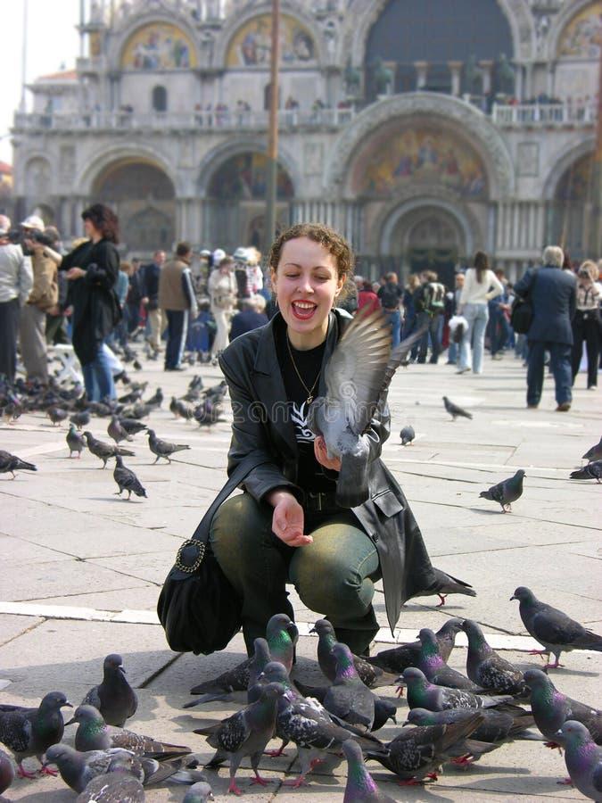 Gelukkig meisje met duiven stock afbeelding
