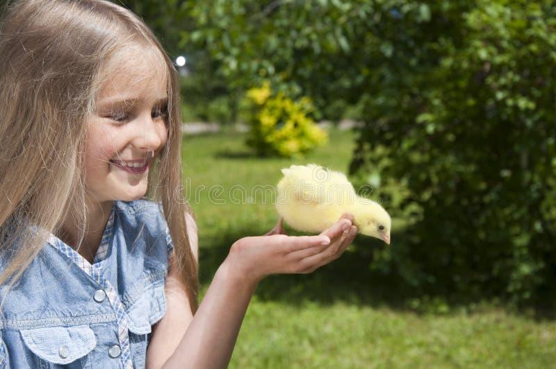 Gelukkig meisje met een kleine kip