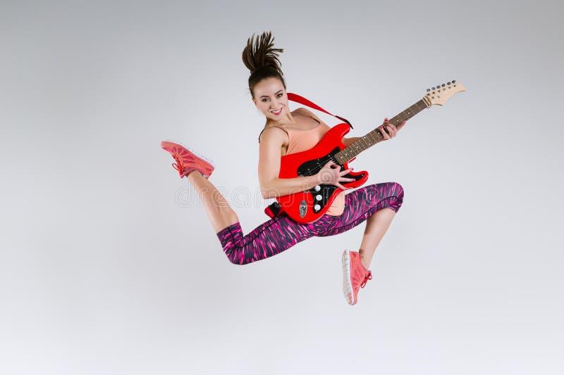 Gelukkig meisje met gitaar royalty-vrije stock fotografie