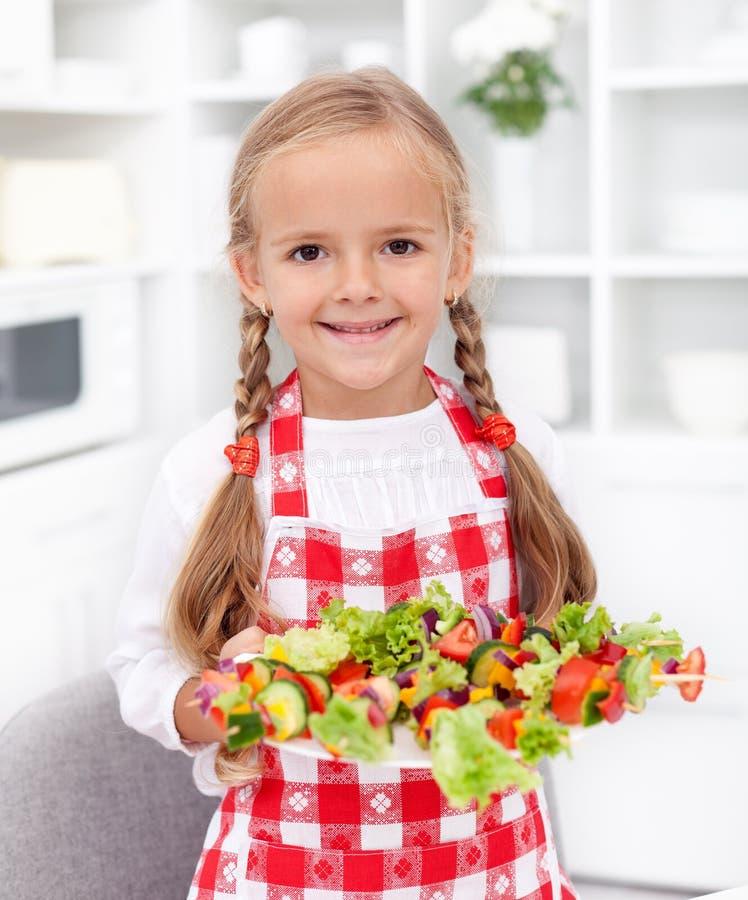 Gelukkig meisje met groentenplaat stock afbeelding