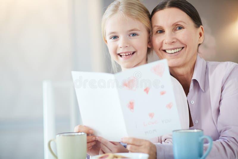 Gelukkig meisje met grootmoeder stock foto's