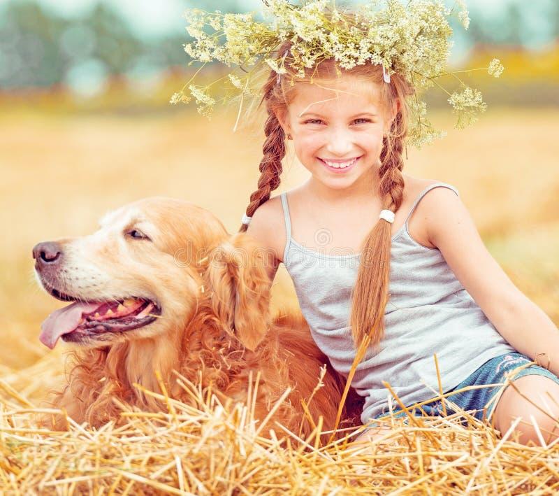 Gelukkig meisje met haar hond royalty-vrije stock afbeeldingen