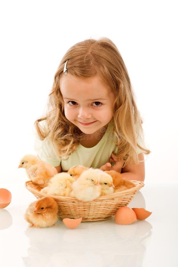 Gelukkig meisje met haar kuikens stock afbeeldingen