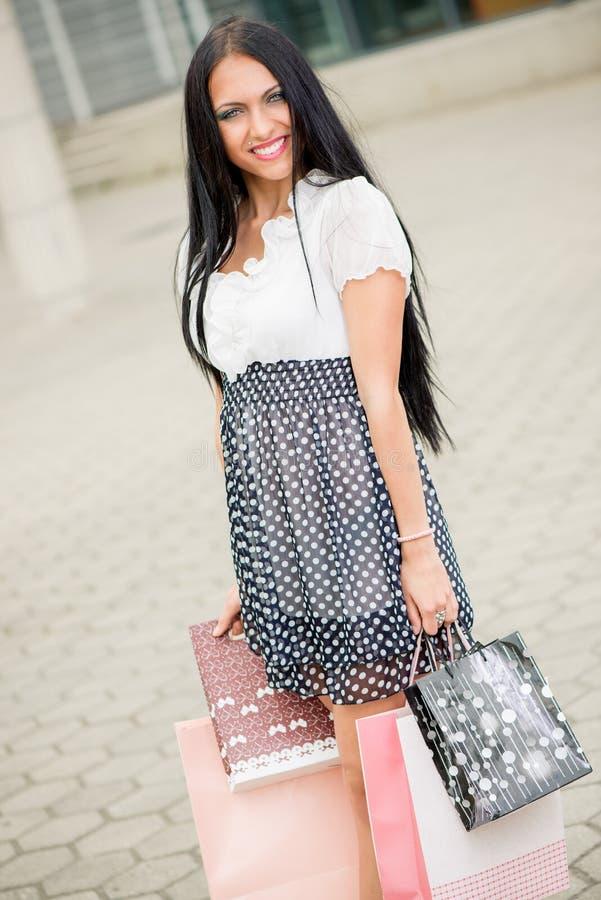Gelukkig meisje met het winkelen zakken royalty-vrije stock afbeeldingen